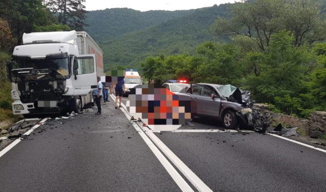 Accident grav între o mașină și un tir la Boița. O persoană a murit