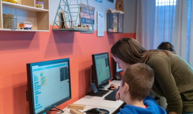 Proiect INEDIT la Sibiu : Club de programare pentru elevii cu deficiență de auz