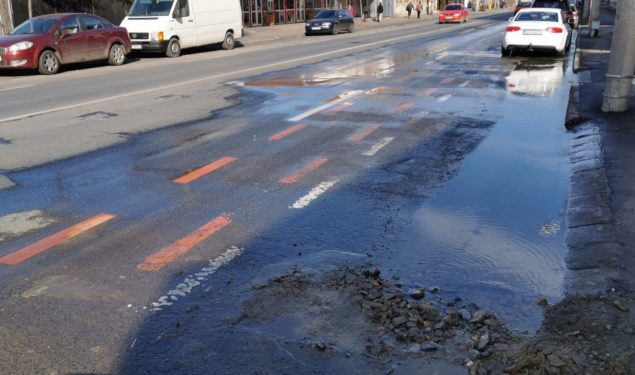 Intervenție de urgență la conducta de distribuție apă potabilă din strada Semaforului